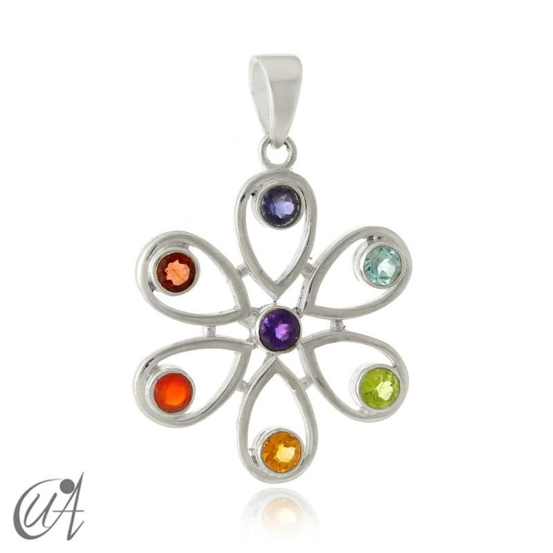 Flor de plata de ley con las piedras de los chakras