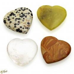 Corazón pequeño de piedras variadas