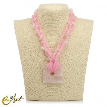 Collar de cuarzo rosa con organza, modelo cuadrado