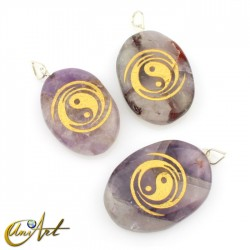 Pendant with The Yin and the Yang engraved in amethyst
