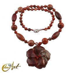 Collar de jaspe rojo con colgante flor